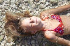 Meninas na praia do mar Fotografia de Stock Royalty Free