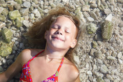 Meninas na praia do mar Fotografia de Stock