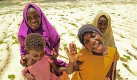 Meninas na praia em Zanzibar, África foto de stock royalty free