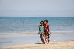 Meninas na praia no ` s de St Martin, Bangladesh Fotos de Stock Royalty Free