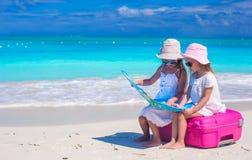 Meninas na praia tropical quando verão Imagens de Stock Royalty Free