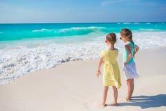 Meninas na praia tropical que joga junto no litoral Foto de Stock