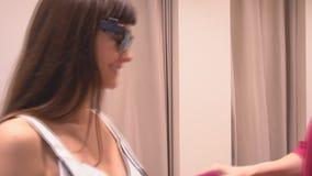 Meninas na roupa de tentativa do vestuario, equipamentos filme