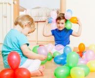 Meninas no assoalho com balões Foto de Stock Royalty Free