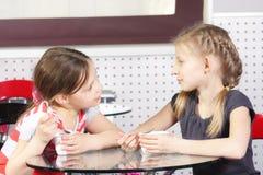 Meninas no café que comem a coalhada fotos de stock royalty free