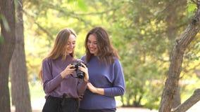 Meninas no parque vídeos de arquivo