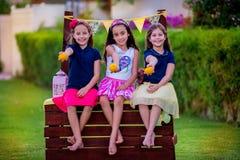 Meninas no suporte de limonada no jardim Fotos de Stock Royalty Free