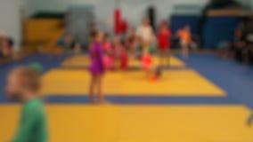 Meninas no treinamento na ginástica Treinamento de atletas novos blurry video estoque