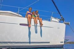 Meninas no veleiro Fotografia de Stock Royalty Free