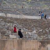 Meninas no vestido que toma o retrato em Gand Theatre de Ephesus na soma Imagens de Stock