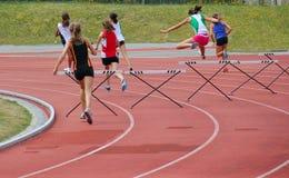 Meninas nos obstáculos de 200 medidores Imagens de Stock