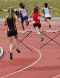 Meninas nos obstáculos de 200 medidores Imagem de Stock