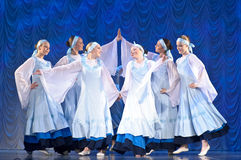 Meninas nos vestidos brancos que dançam na fase, dança nacional do russo Imagens de Stock Royalty Free