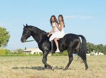 Meninas novas da equitação Fotos de Stock Royalty Free