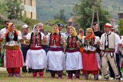 Meninas novas de Gorani de Shishtavec, Albânia em trajes tradicionais fotos de stock