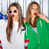 Meninas patrióticas bonitas com pirulitos Imagem de Stock