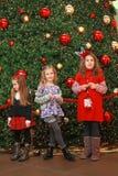 Meninas pela árvore de Natal Imagens de Stock