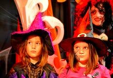 Meninas pequenas bonitos dos feiticeiros do disfarce Imagens de Stock