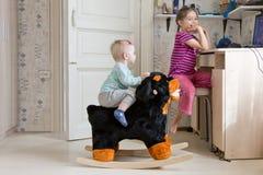 Meninas pequenas que jogam em casa como de costume Fotos de Stock Royalty Free
