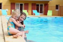 Meninas perto da piscina ao ar livre fotos de stock
