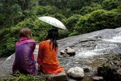 Meninas por uma cachoeira Fotografia de Stock Royalty Free