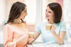 Meninas que bebem o café Foto de Stock Royalty Free