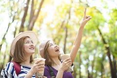 Meninas que bebem o chá da bolha e para apreciar férias de verão imagem de stock