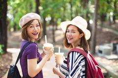 Meninas que bebem o chá da bolha e para apreciar férias de verão fotos de stock