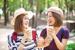 Meninas que bebem o chá da bolha e para apreciar férias de verão fotos de stock royalty free