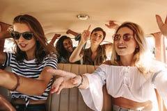 Meninas que cantam e que dançam na viagem da haste imagens de stock royalty free