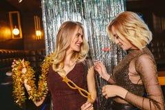 Meninas que comemoram a v?spera de anos novos no clube noturno imagens de stock