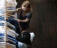 Meninas que compram a roupa na loja Fotografia de Stock Royalty Free