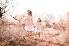 Meninas que correm fora Fotografia de Stock Royalty Free