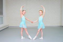 Meninas que dançam o bailado no estúdio E fotografia de stock royalty free