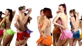 Meninas que dançam synchronously em vestidos coloridos vídeos de arquivo