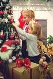 Meninas que decoram a árvore de Natal Foto de Stock Royalty Free