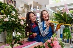 Meninas que decoram um ramalhete foto de stock royalty free