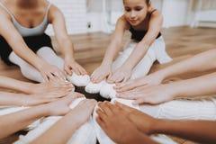 Meninas que descansam após o treinamento do bailado no assoalho foto de stock royalty free