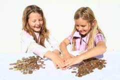 Meninas que dividem o dinheiro fotos de stock