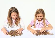 Meninas que dividem o dinheiro imagem de stock royalty free