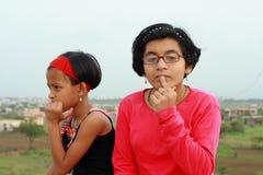 Meninas que encontram as respostas Fotografia de Stock