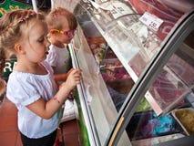 Meninas que escolhem o sabor do gelado Foto de Stock