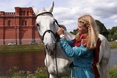 Meninas que escovam um cavalo Fotos de Stock Royalty Free