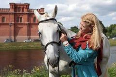 Meninas que escovam um cavalo Fotos de Stock