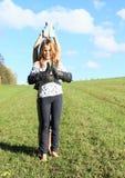 Meninas que estão com as botas nas mãos Fotografia de Stock Royalty Free