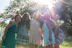 Meninas que estão junto com árvores no fundo Fotos de Stock Royalty Free