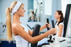 Meninas que exercitam na ginástica Fotografia de Stock