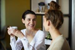 Meninas que falam no caf? imagem de stock