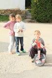 Meninas que falam sobre o menino no velomotor Fotos de Stock Royalty Free