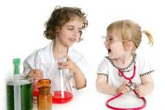 Meninas que fingem ser doutor no laboratório Fotografia de Stock
